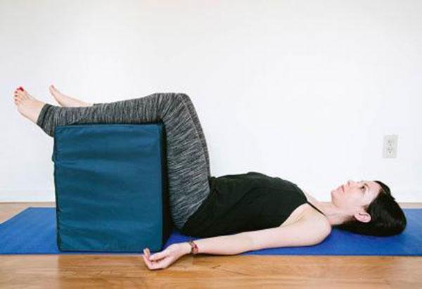 10-bai-tap-yoga-chua-dau-lung-cho-phu-nu-3