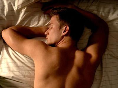 đau lưng khi nằm ngủ là bị gì