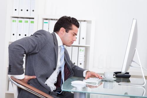 Tình trạng đau lưng dưới ở người trẻ tuổi