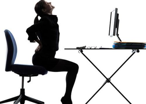 ngồi sai tư thế bị đau lưng