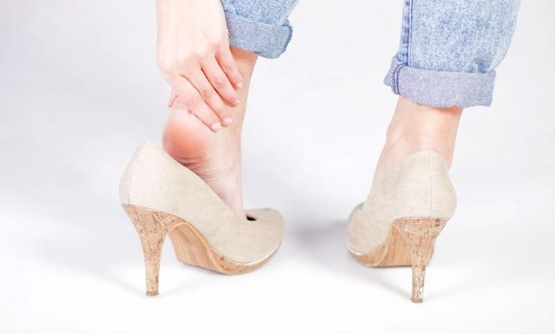 Mang giày cao gót tiềm ẩn nguy cơ bị thoát vị đĩa đệm-2