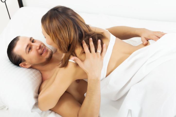 Bật mí 3 tư thế quan hệ phù hợp với người bị đau lưng-4