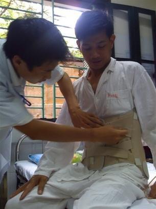 bệnh nhân sau mổ thoát vị đĩa đệm dùng nẹp lưng