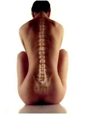 Các bệnh cột sống có thể gây đau giữa lưng trên