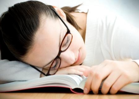 Thiếu ngủ và stress rất dễ gây đau đầu